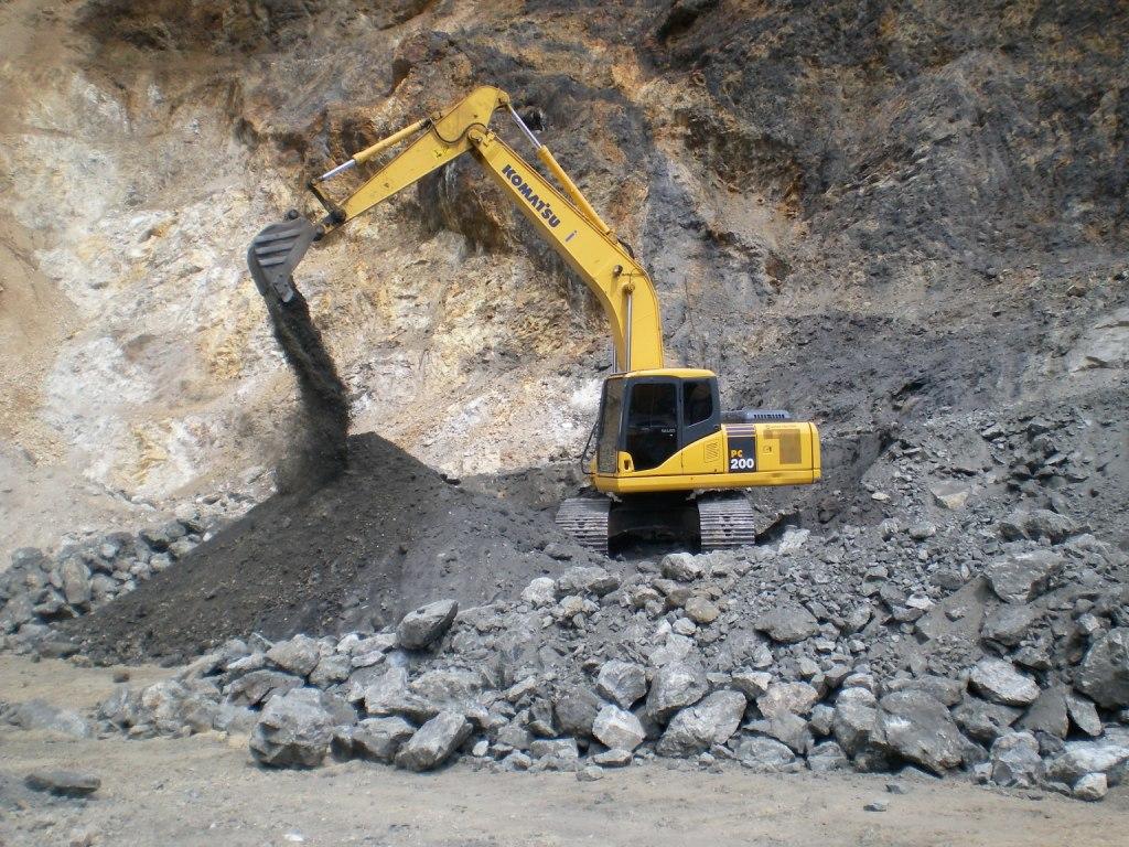 Pemilahan Raw Material Bijih Besi Dengan Excavator